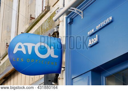 Bordeaux , Aquitaine  France - 08 30 2021 : Atol Brand Sign Text And Logo Front Of Optic Shop Medic