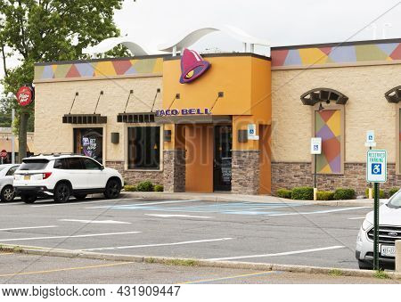 North Babylon, New York, Usa - 18 August 2021: View Of A Stand Alone Taco Bell Fast Food Restaurant