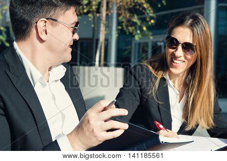 Business talk outdoors, horizotal imagem, side view