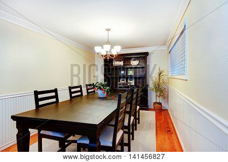Gorgeous Black Dinner Table Chair Set In Dining Room.