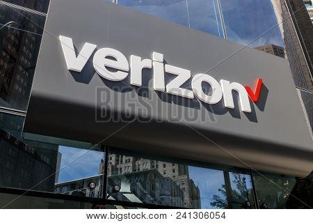 Chicago - Circa May 2018: Verizon Wireless Retail Location. Verizon Delivers Wireless, High-capacity