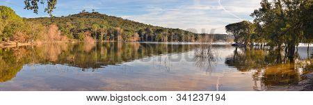Vista Panorámica De Lago Con Aguas Cristalinas Al Atardecer. Hermoso Lugar Para Navegar Y Realizar A