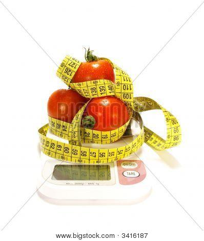 Tomaten und Maßband isoliert