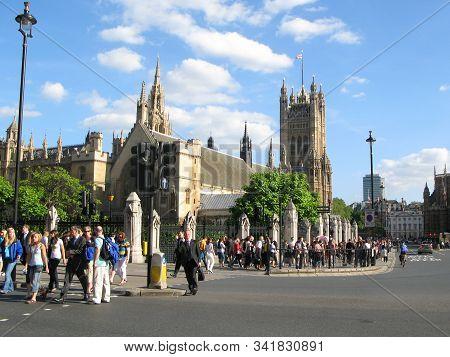 London, Uk - June 30, 2008: At Rush Hour Pedestrians Cross Bridge Street Near Westminster Palace (ho