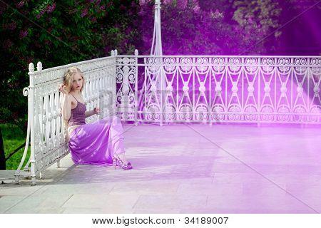 Luxus-Frau mit lila Blüten.
