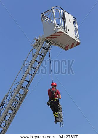Brave Firefighters Hung The Rope Climbing