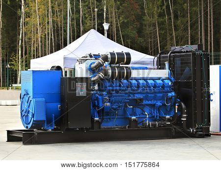 Gas turbine engine and a power generator mounted on a steel frame