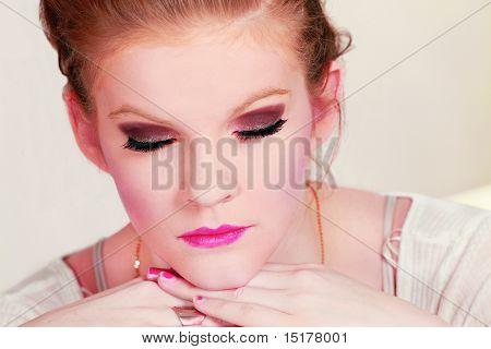 Ojos cerrados de rostro femenino