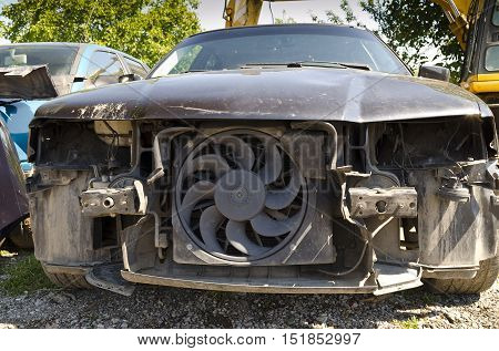 An dilapidated car left for his end
