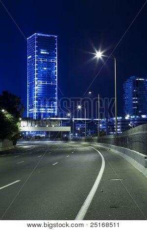 Autopista vacía en la noche