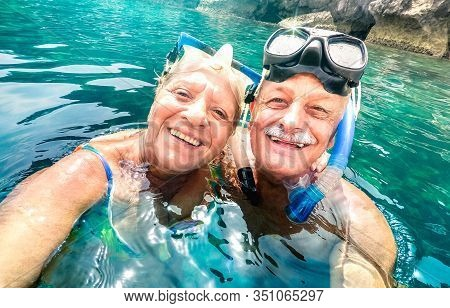 Happy Retired Couple With Scuba Mask Taking Selfie At Tropical Excursion - Boat Trip Snorkel Experie