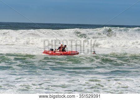Cronulla, Australia 2020-02-15 Surf Rescue Life Savers Training In Progress. Rescue Pick Up At Wanda