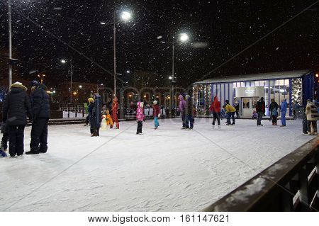 Moscow Park -VDNH 10 December 2016, the main and largest rink with artificial Coated in the country at the rink a rest people.