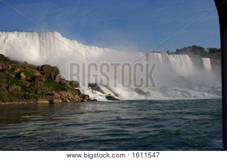 Canadian veiw of Niagra Falls with