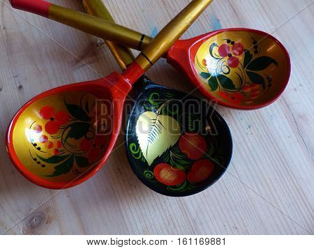 Spoon. Khokhloma-an ancient Russian folk craft, born in the XVII century in the district of Nizhny Novgorod. Traditional elements Khokhloma-red juicy berries of mountain ash and wild strawberries