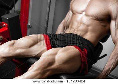 Strong bodybuilder training quads in the gym