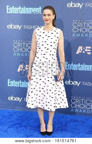 SANTA MONICA - DEC 11: Amanda Peet at The 22nd Annual Critics' Choice Awards at Barker Hangar on December 11, 2016 in Santa Monica, California