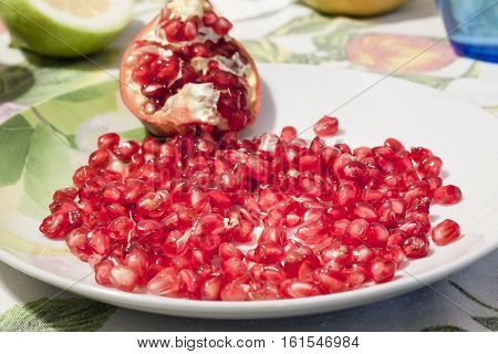 The pomegranate fruit is among the richest in antioxidants. In particular it is a source of flavonoids that help our body to maintain health and prevent premature aging.