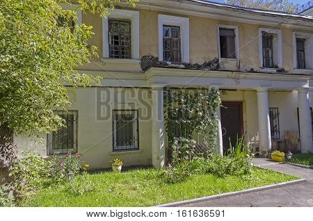Old two-storey house in the center of Moscow. Prechistenka Street house 32/1 bldg 3. Sunny August morning.