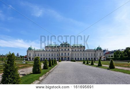 Photo back view on upper belvedere palace and garden with statue and flowers, vienna, austria