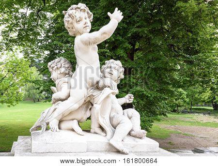 Photo statues of cherubims in burggarten near hofburg palace, vienna, austria