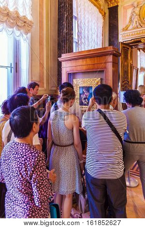 Saint Petersburg, Russia - July 27, 2014: The Crowd Of Tourists Looking At The Picture Of Leonardo D