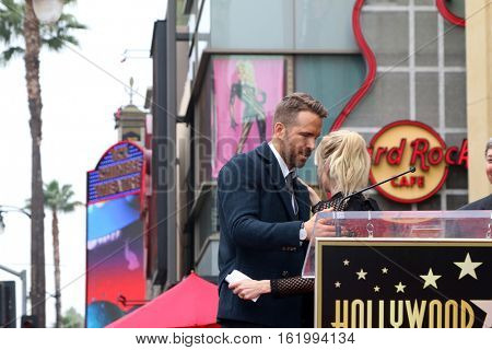 LOS ANGELES - DEC 15:  Ryan Reynolds, Anna Faris at the Ryan Reynolds Hollywood Walk of Fame Star Ceremony at the Hollywood & Highland on December 15, 2016 in Los Angeles, CA