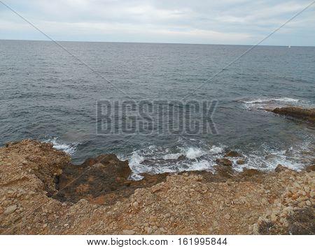 costa del mar mediterráneo con oleaje y rocas