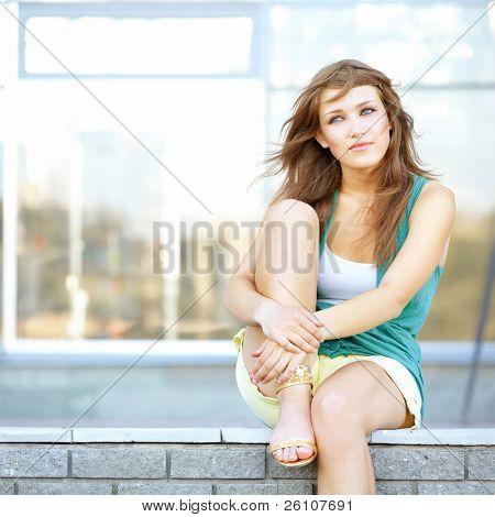 귀여운 학생 10 대 소녀 도시 현장에 앉아입니다. 그녀는 뭔가 대 한 꿈입니다.