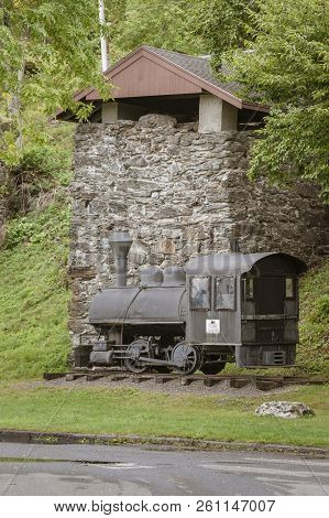 Rockport, Maine, Usa - September 19, 2018: Vulcan Steam Locomotive And One Of The Lime Kilns Display