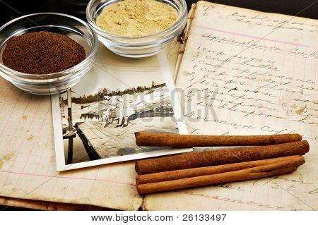 Collage von einem Jahrgang handschriftliche Kochbuch mit zimtstangen, Ingwer, Muskat und eine alte Photo