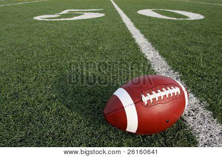Fußball auf dem Feld in der Nähe der fünfzig