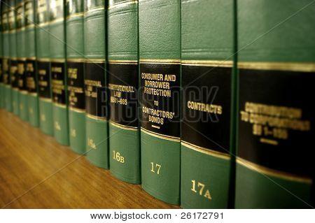 Cerca de varios volúmenes de libros de la ley de los códigos y estatutos sobre protección del consumidor