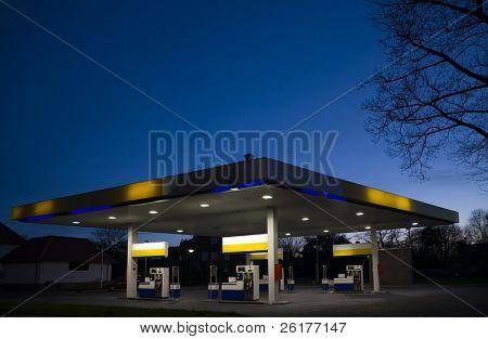 Gasstation at night 1