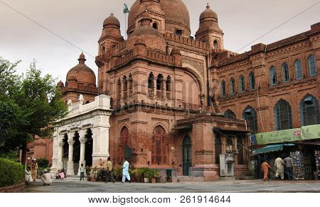 Lahore Museum - Beautiful Architecture In Lahore, Punjab, Pakistan - 21/07/2010
