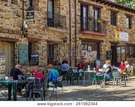 Camino Pilgrims Have A Rest, Some Drinks And Food At The La Senda Hostel - Rabanal Del Camino, Casti