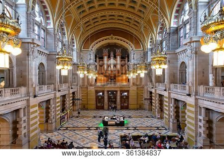 Glasgow, United Kingdom - August 21, 2014: View Of The Main Hall Of Kelvingrove Art Gallery And Muse
