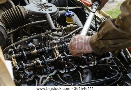 The Procedure For Tightening The Cylinder Head Bolts. Part 3 Of 6. The Mechanic Uses A Torque Wrench