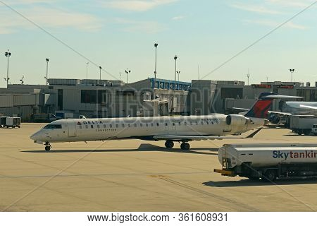 Philadelphia, Usa - May 31, 2013: Delta Air Lines Connection Bombardier Crj-900lr N916xj At Philadel