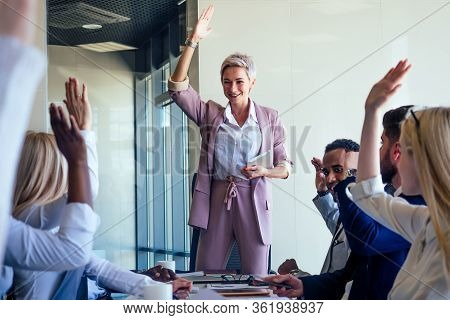 Business Lady Cheerful Smile Teacher Or Mentor Coach Speaking In Front Of Group Of Colleagues Raisin