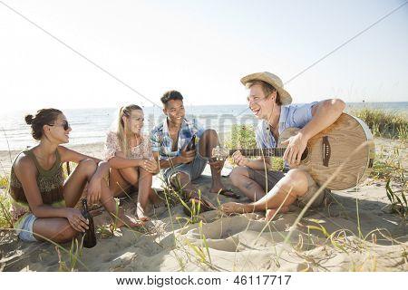 groep jongeren plezier op het strand