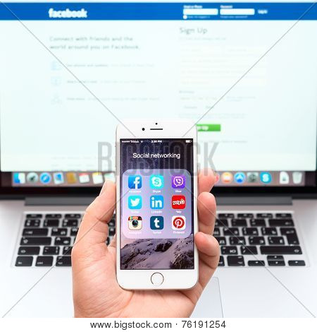 Social Networking Applications On Apple Iphone 6 Display