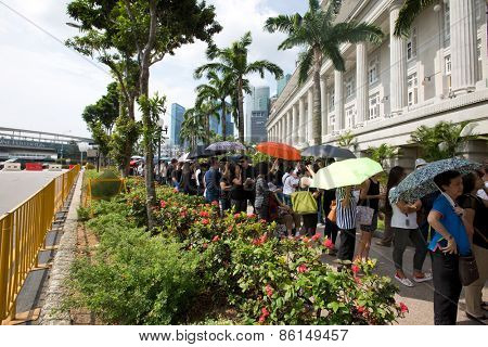 SINGAPORE - MARCH 24: Lines of people  queuing up to pay their last respect to the late Mr Lee Kuan Yew,ex prime minister of Singapore, lying in state at the parliament house. Mar 24, 2015, Singapore.