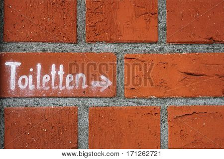 Lettering with the reference to toilets on a house wall