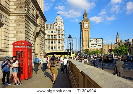 LONDON/ ENGLAND - AUGUST 30. A crowded street in Westminster leading to the clock tower Big Ben on August 30, 2016. London, England.