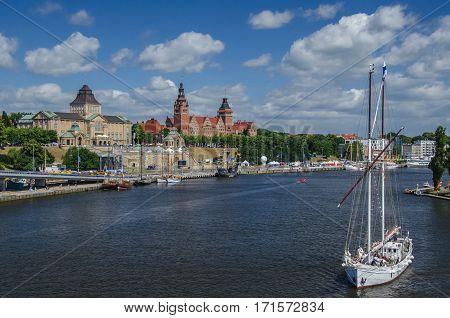 SZCZECIN / VIEW OF CHROBRY EMBANKMENT - Summer in the port city
