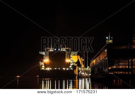 SWINOUJSCIE / NIGHT AT THE LNG TERMINAL - Gas tanker on the waterfront