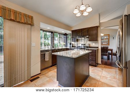 Classic Kitchen Room Design With Kitchen Island