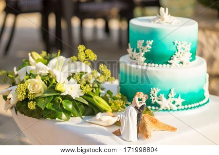 Wedding cake and brides bouquet on the decoration table