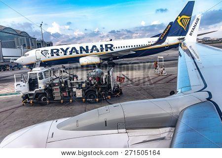 Refueling Boeing 737-800 Company Ryanair